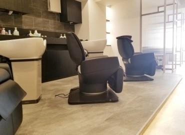 美容師が1番、施術しやすいと言われるシャンプー台【滝川スタリオン】を導入。 バックシャンプーまたはサイドシャンプーに切り替え可能です。 普段はサイドシャンプーとして使いヘッ